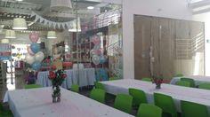 Esperando a los invitados para la fiesta de Peppa Pig, rosas para los centros de mesa.