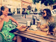 Comparte tus momentos #ruzafagente con nosotros. 🔝📷@silvanacalduch 😋 D e s a y u n o ☕️🍩 m o l o n con @lupiiiiiii y @kelaasrn #dulcedeleche #ruzafa #sabadosmolones #ruzafagente #dietaporlosaires #chocolate #hotw #amiguis #girls #love #ahá