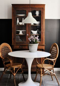 The Best Way to Add Style to Any Dining Space We love this simple combination of rattan armchairs and a bright white tulip table. A classic china cabinet full of solid white pieces gives the space some age, while an industrial pendant adds to. Mesa Saarinen, Saarinen Tisch, Saarinen Table, Kitchen Nook, Kitchen Dining, Kitchen Rustic, Country Kitchen, Kitchen Ideas, Kitchen Decor