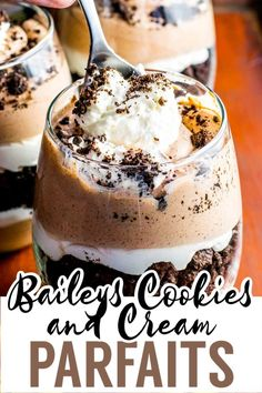 Layered chocolate and Baileys cream paired with crumbled Oreo cookies. This delicious Baileys parfait is the perfect weekend retreat! Layered Desserts, Köstliche Desserts, Summer Desserts, Chocolate Desserts, Cake Chocolate, Refreshing Desserts, Delicious Desserts, Trifle Pudding, Trifle Recipe