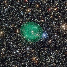 Esta nova imagem obtida com o Very Large Telescope do ESO mostra a nebulosa planetária IC 1295, verde e brilhante, que rodeia uma estrela moribunda tênue situada a cerca de 3300 anos-luz de distância, na constelação do Escudo. Esta é a imagem mais detalhada deste objeto obtida até hoje.