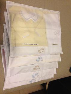 Moms, não é uma delícia fazer o enxoval do nosso baby? Preparar tudo, imaginar como ele vai ficar usando cada roupinha, organizar a cômoda, o armário… Hoje vou falar sobre um produto que achei bem útil quando organizei a malinha para a maternidade: As embalagens (envelopes) para separar os conjuntos para cada dia do bebê...