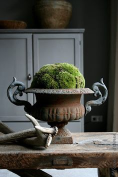 Decorating Ideas around the home. - Jonathan Alonso Web site : www. Decorating Ideas around the home. - Jonathan Alonso Web site : www. French Decor, French Country Decorating, Wabi Sabi, Seasonal Decor, Fall Decor, Deco Champetre, Urn Planters, Garden Urns, Deco Floral