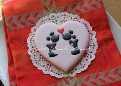 Minnie Mickey Valentine's Day Cookies FROM: {Katie's Something Sweet}: Happy Valentine's Day! Iced Cookies, Cute Cookies, Cupcake Cookies, Cookies Et Biscuits, Sugar Cookies, Iced Biscuits, Cookie Frosting, Royal Icing Cookies, Valentines Day Cookies