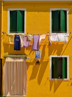Giallo e verde - Burano Exposition Photo, Plakat Design, Italy Vacation, Italy Travel, Clothes Line, Architecture, Windows And Doors, Oeuvre D'art, Color Inspiration