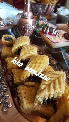 Ingrédients: 2 mesures et demi de semoule moyenne 1mesure et car de farine 1/2 Mesure de semoule grosse 1 cuillère à café de levure chimique 1 mesure de mélange d'un beurre huile et smen 1 cuillère à café vanille en poudre 1 pincée de sel Eau+eau de... Algerian Recipes, Beignets, Ramadan, Hanukkah, Waffles, Biscuits, French Toast, I Am Awesome, Muffins