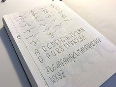 Buchstaben in verschiedenen Schriftarten - ich teste Handlettering und Schnörkelschrift - Mamaskind.de Layout, Notebook, Personalized Items, Bullet Journal Notebook, Bullet Journal Ideas, Types Of Font Styles, Letters, Page Layout, The Notebook