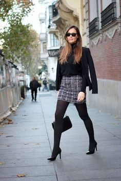 Nos dias fros aposte em  saia de alfaiataria + meia calça + scarpain e blazer para looks chics e fashion.