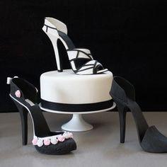 """Kit complet pour chaussure à talon / escarpin 3D  Zoom 59.90 €   Découvrez la nouvelle tendance aux USA : l'escarpin qui se mange!  Le kit """"Stiletto Shoe Kit"""" de la marque américaine Cake structure vous permettra de réaliser simplement un joli escarpin en pâte à sucre ou gum paste pour décorer un buffet ou un gâteau girly (enterrement de vie de jeune fille, anniversaire, soirée filles, etc...), ou sur le thème de Cendrillon!"""