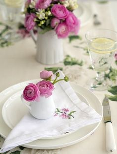 Ana Rosa - another beautiful spring idea Wedding Table Flowers, Wedding Table Settings, Place Settings, Wedding Colors, Party Decoration, Table Decorations, Dresser La Table, Beautiful Table Settings, Deco Floral