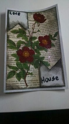 Cartão feito com folha de livro, decorado com guardanapo de papel e finalizado com verniz com gliter