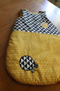 Trendy sewing for kids baby sleeping bags Ideas Couture Bb, Coin Couture, Couture Sewing, Baby Sewing Projects, Sewing For Kids, Diy Bebe, Kids Bags, Baby Quilts, Baby Kids