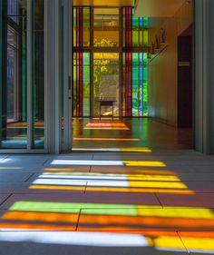 Uma igreja moderna e colorida