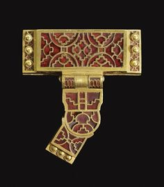Gold and garnet T-shaped strap-distributor. Early Anglo-Saxon, early 7th c.  Sutton Hoo ship-burial mound 1, Suffolk.  L 5.3cm (main mount).  British Museum.