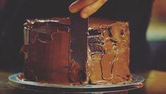 Vem conferir a receita do bolo de aniversário de 6 anos do Gourmet a dois!  Um delicioso bolo de CHOCOLATE com CARAMELO de 6 andares!  O vídeo da receita você encontra no nosso canal! Link na bio.  #gourmetadois #gourmet #ga2 #gastronomia #culinaria #cozinha #food #comida #cozinhar #receita #bolo #bolodechocolate #chocolate