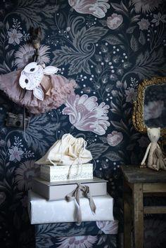 Kid´s room inspo Kids room inspo with wallpaper Ava dark blue - Sandberg wallpaper Dark Blue Wallpaper, Kids Wallpaper, Blue Wallpapers, Wallpaper Ideas, Blue Wallpaper Bedroom, Wallpaper Designs, Wallpaper Decor, Photo Mural, Sombre