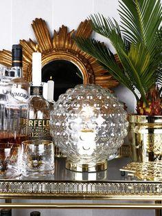 Elegant bordlampa fråb Globen med ett vackert glas som med sin form på glaset sprider ljuset på ett spännande sätt.