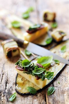 rolled emmental eggplant and dried tomatoes Raw Food Recipes, Snack Recipes, Snacks, Tapas, Emmental, Savoury Dishes, Vegetable Dishes, Healthy Cooking, Finger Foods