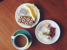 Diminețile reci din Islanda nu sunt ușor de înfruntat în această țară înghețată în mare parte a anului, dar deosebit de frumoasă. Waffles, Breakfast, Tableware, Food, Morning Coffee, Dinnerware, Tablewares, Essen, Waffle