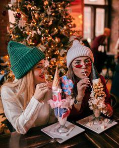 Christmas Couple, Christmas Travel, Christmas Mood, Winter Pictures, Bff Pictures, Christmas Pictures, Friend Poses Photography, Creative Photography, Artsy Photos