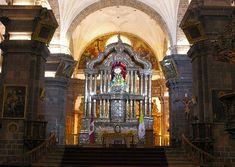 Imponente altar mayor de la Catedral del Cusco, de diez metros de altura revestido con planchas de plata finamente repujada.