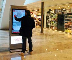 ToTem táctil que permite a los visitantes interactuar para encontrar la tienda que buscan.