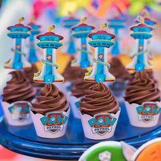 Bolos tendo os personagens como elementos principais, biscoitos em formato de ossinhos, cupcakes com a logo do desenho e por aí vai … Até mesmo os doces podem fazer parte da sua decoração de uma maneira super criativa e divertida! #DecorandoComASa #FestaInfantil #PatrulhaCanina #BlogLittleMe #Decoração Los Paw Patrol, Paw Patrol Party, Paw Patrol Birthday, Paw Patrol Clipart, Prince Party, Ideas Para Fiestas, 4th Birthday, Birthday Candles, Birthdays
