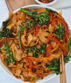 VEGAN PAD SEE EW (aka Spicy Noodles) 🍝 by @alexafuelednaturally, you'll want to save this recipe!! Vegan Pad See Ew Serves 4 1/2 yellow…