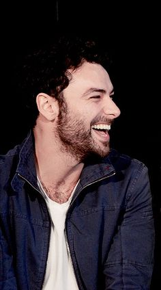 He has a great laughing face > Aidan Turner