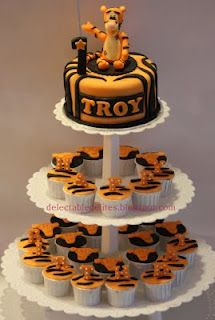 Tigger cake with cupcakes- I so want this for MY birthday next year!!! I love Tigger!!!