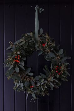 Eucalyptus wreath homemade with Nobilis fir and rose hip .- Eukalyptus Kranz selbstgemacht mit Nobilis Tanne und Hagebutten Eucalyptus wreath homemade with Nobilis fir and rose hips - Classy Christmas, Christmas Mood, Noel Christmas, All Things Christmas, Christmas Crafts, Modern Christmas, Christmas Flowers, Winter Holiday, Decorations Christmas