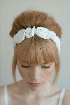 Diadema de flores blancas, un tocado de novia dulce e inocente