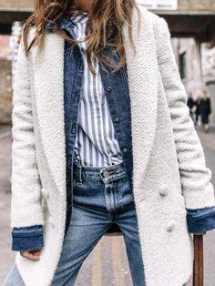 Manteau blanc + veste en jean brut + chemise rayée = le bon mix