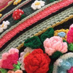 🍓In onze moestuin is het al bijna aardbeientijd.... op deze stola ook! 🍓😜#strawberry #blijestola #ilovecrochet #uncinetto #uncinettocreazione #gehaakteomslagdoek #gehaaktestola #madewithlove #inspire #adindasworld #outdoorcrochet #bohemian #folclore #happyday #crochetdesign #happytuesday 🍓