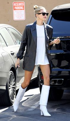 Hailey Bieber If you're looking for perfect fall outfit inspiration, check out the coolest looks from celebrities like Katie Holmes, Jennifer Lopez, and Rihanna. Katie Holmes, Looks Street Style, Looks Style, My Style, Style Blog, Mode Outfits, Fall Outfits, Casual Outfits, Modell Street-style