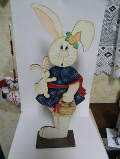 Coelha em MDF, decorada com pintura country, fica linda para decorar a mesa de Páscoa. R$ 65,00
