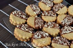 Taler with marzipan and chocolate filling - Ingredients: For the dough: flour cornstarch ground almonds sugar 1 egg butter / margarine For the … Holiday Desserts, Holiday Recipes, Italian Cookie Recipes, Chocolate Filling, Chocolate Cream, Baking With Kids, Baking Cupcakes, Relleno, Dessert Recipes