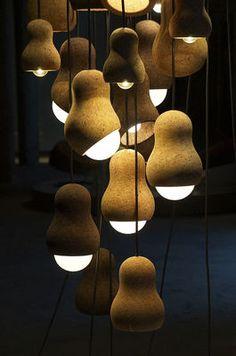 Les lampes pendantes de capitaine Cork se sont adaptées snuggly autour de l'ampoule lui faisant une partie de la conception. L'utilisation du liège et des formes incurvées simples aide à créer un éclairage doux renversant affectent, un grand point de dispositif...