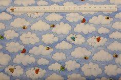 Himmel patchwork stof - små skyer. Er et flot stykke lyseblå patchworkstof med små hvide skyer og bier Lav porto hos HANNES patchwork