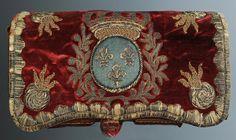 """Giberne d'officier des Grenadiers de la Maison du Roi, Louis XV. On appelle """"patelette"""" cette partie se rabattant sur une cartouchière ou un havresac et portant les insignes du corps."""