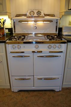 Vintage style appliance retro appliances amazing kitchen regarding Vintage Kitchen Appliances, Old Kitchen, Country Kitchen, Kitchen Decor, Home Appliances, 1950s Kitchen, Kitchen Furniture, Gas Stoves Kitchen, Antique Kitchen Stoves