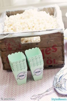 I love this idea. maybe cause I love popcorn so much! I love this idea. maybe cause I love popcorn so much! Popcorn Bar, Diy Wedding, Wedding Favors, Wedding Decorations, Grad Parties, Coffee Break, Party Planning, Party Time, Tea Party