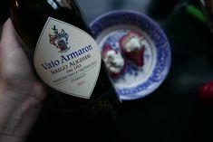 Elegant Amarone med en återhållsam sötma. Vaio Armaron har fylliga smakinslag av torkade körsbär, russin, fikon, mörk choklad, nötter och fikon. Passar utmärkt till gratänger med söta rotfrukter, vilt, smakrikt kött och vällagrade ostar. Testa även till Vininkokta päron med gorgonzolakräm. Läs mer på Foodfolder.se