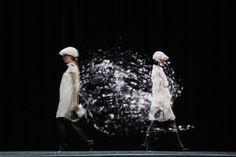 """Desfile da Burberry com modelos e """"clones"""" em holograma, foi realizado na inauguração de uma nova loja em Pequim."""