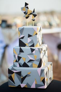 One for geometric fans. Purple Wedding Cakes, Wedding Cakes With Flowers, Beautiful Wedding Cakes, Beautiful Cakes, Flower Cakes, Geometric Cake, Geometric Wedding, Dubai Wedding, Gold Wedding