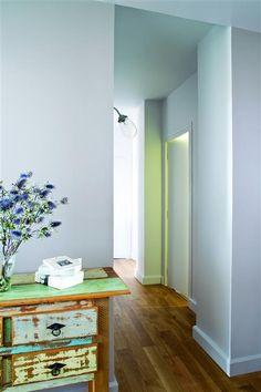 Un appartement rétro, en douceur et en couleur. Teinte : Verre givré ; peinture : Idrotop.