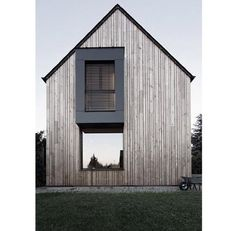 In the Yvelines, a couple of owners built a passive house inspired by Japanese architecture. This house in particular design consumes only / / year. Houses Architecture, Architecture Design, Residential Architecture, Contemporary Architecture, Amazing Architecture, Minimalist Architecture, Contemporary Homes, Japanese Architecture, Scandinavian Architecture