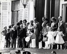 Kroonprinses Juliana 1980. Het laatste defilé op paleis Soestdijk 31 mei 1980. Het defilé is een maand uitgesteld door de inauguratie van Koningin Beatrix. Foto:Op de trappen van paleis Soestdijk o.a. de kinderen op de voorste rij Carlos, Floris, Johan Friso, Bernhard, Willem Alexander, Maria Carolina en Marguerita . De volwassenen, Prins Claus, Koningin Beatrix, prinses Juliana, prins Bernhard, Pieter van Vollenhoven, prinses Margriet, prinses Irene en Carlos.