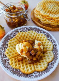 Smörstekta äpplen som får sjuda i en lättlagad kolasås. Fantastiskt gott och enkelt att göra. Det blir sagolikt gott om du serverar äpplena och kolasåsen med våfflor och glass. 6 portioner 25 g smör 3 st äpplen 1,5 dl brunt farinsocker 1 tsk vaniljsocker 1 tsk kanel 1 krm muskot (kan uteslutas) 2 tsk majsstärkelse (Maizena) 1,5 dl vatten Serveringsförslag: Glass Våfflor Skrolla ner för recept på våfflor Gör såhär: Skala och hacka äpplena i skivor eller tärningar. Smält smör och stek…