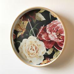 Deze stijlvolle romantische klok van Dutch Sprinkles met een afbeelding van vintage rozen en lelies op een zwarte achtergrond is een eye catcher voor je interieur. Heel fijn: deze klok tikt niet dus ook geschikt voor in de slaapkamer. Je stelt de klok zelf samen: jij bepaalt de kleur van de rand en de wijzers.